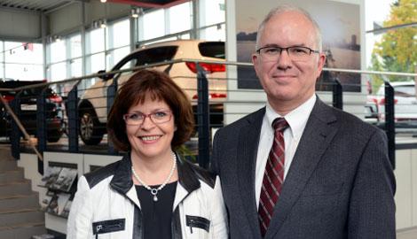 Herr (Recht) und Frau (Links) Souren nebeneinander in ihrem Autohaus